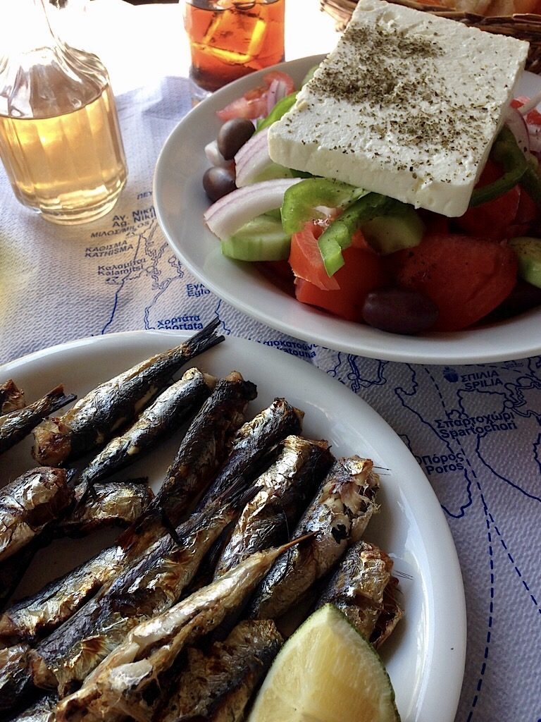 Griekse salade en sardines