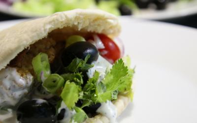 Veggie Feb, vier maal vegetarisch, pita falafel met knoflookyoghurt uit Syrie