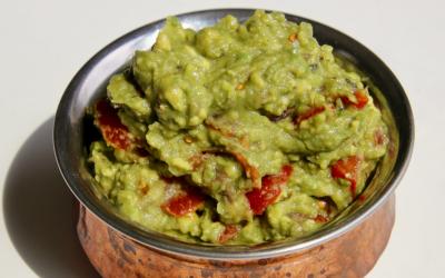 Mexicaanse guacamole, met avocado, tomaat en knoflook
