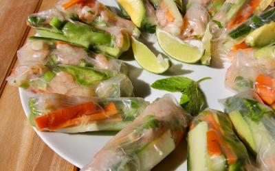 Vietnamese verse rijstvelloempia's met knoflookgarnalen en groenten