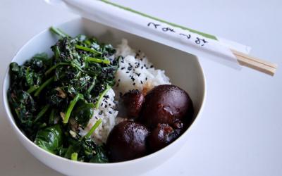Sigeumchi-namul, Koreaanse spinazie met gemarineerde shiitakes en witte rijst