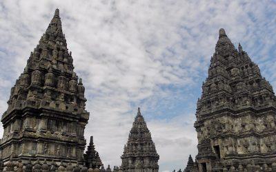 De Prambanan tempel bij Jogjakarta, uit de schaduw van zijn bekende broer