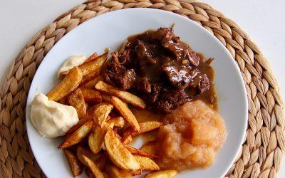 Limburgs zuurvlees, met homemade frites en appelmoes