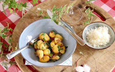 Gebakken gnocchi met peterselie en Parmezaanse kaas