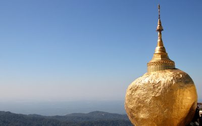 De gouden rots op de Kyaiktoberg, op het randje van de afgrond in Myanmar