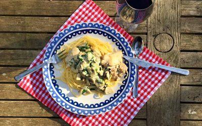 Spaghetti met kip in een knoflookroomsaus met spinazie