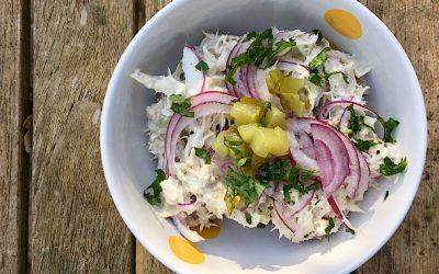 Gerookte makreelsalade met rode ui en augurk