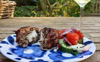 Griekse bifteki gevuld met feta